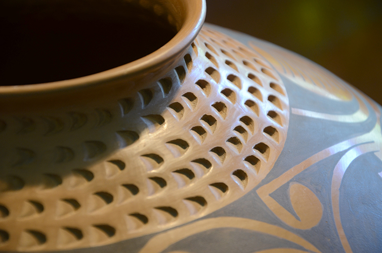 Mexican Mata Ortiz Clay Pottery Vase by Daniel Gonzalez Geometric Design Pattern