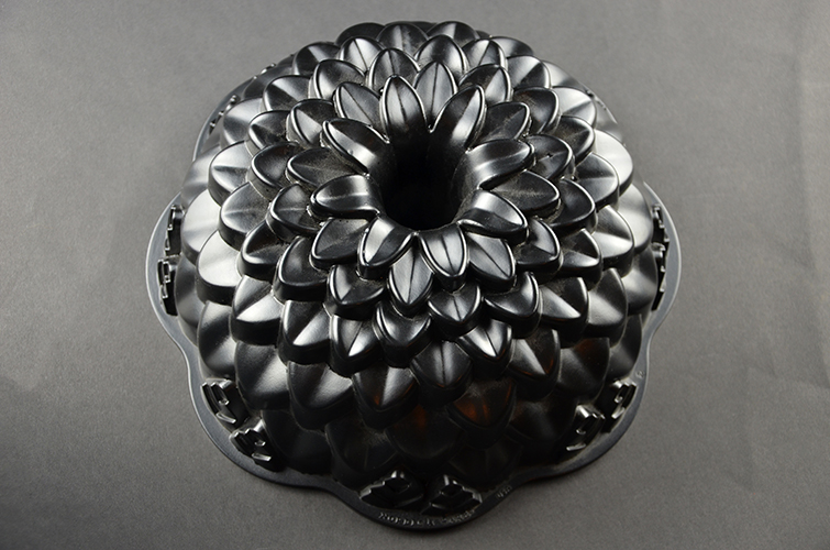 Nordic Ware Nonstick Metal Bundt Cake Kitchen Mold Chrysanthemum Flower Head